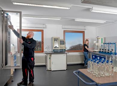 Röders Formenbau Mitarbeiter und Mitarbeiterin im Labor
