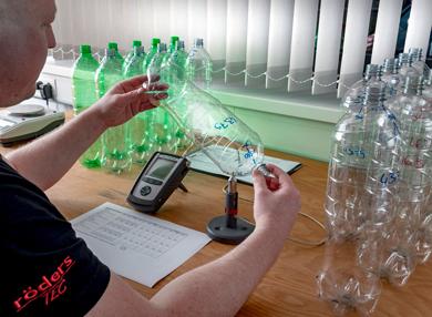 Röders Formenbau Flaschenentwicklung Mitarbeiter am Schreibtisch