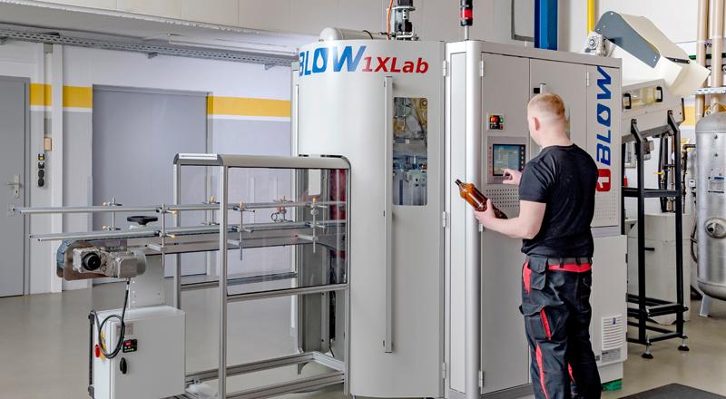 Röders Formenbau Labor Mitarbeiter an Maschine