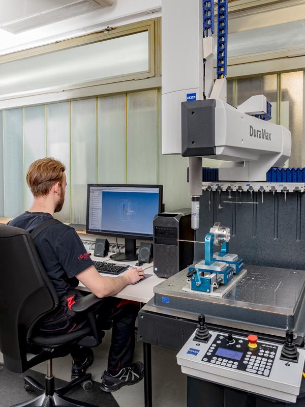 Röders Formenbau Qualitätssicherung Mitarbeiter an Messmaschine