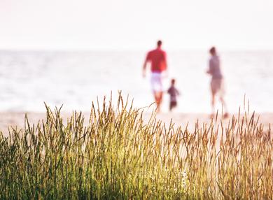 Röders GmbH - Mitarbeitervorteile - Familie am Strand in der Freizeit