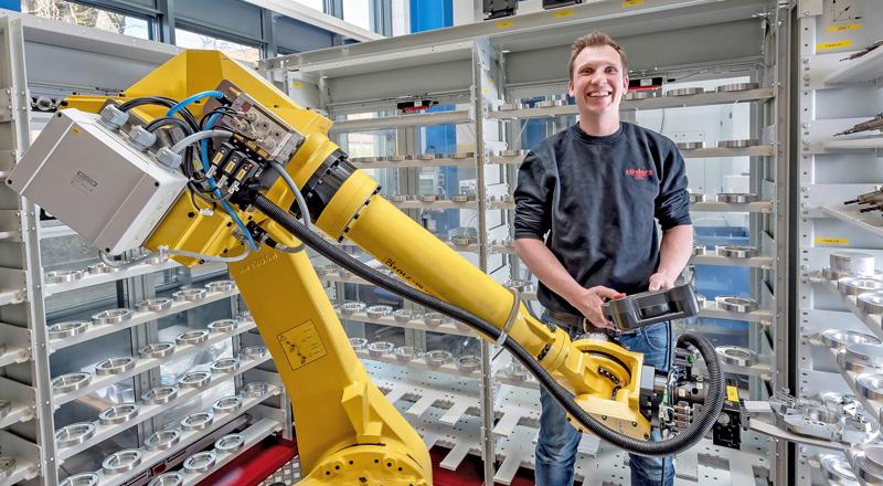 Röders GmbH - Mitarbeitervorteile - Mitarbeiter und Roboter